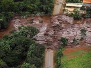 Nach dem Dammbruch im Südosten Brasiliens im Januar begrub eine Schlammlawine Menschen, Häuser und Strassen unter sich. Mindestens 248 Personen kamen ums Leben. (Bild: KEYSTONE/EPA EFE/ANTONIO LACERDA)