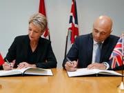 Justizministerin Karin Keller-Sutter und Grossbritanniens Innenminister Sajid Javis haben am Mittwoch in London ein Abkommen unterzeichnet, mit welchem die Staaten die Polizei- und Terrorismuskooperation verstärken. (Bild: KEYSTONE/AP/FRANK AUGSTEIN)