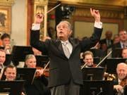 Der Maestro Zubin Mehta beim Neujahrskonzert 2015 in Wien: 1981 ist er beim Israelischen Philharmonieorchester in Tel Aviv zum Musikdirektor auf Lebenszeit ernannt worden; diese Ära endet am nächsten Sonntag, wenn er das Orchester zum letzten Mal in dieser Funktion dirigiert. (Bild: Keystone/AP/RONALD ZAK)