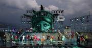 Der Thunersee, mit seinem einzigartigen Panaroma, wird in diesem Sommer von einem riesigen Kopf der Freiheitsstatue regiert, der über der mächtigen Seebühne prangt. (Bild: ZVG)