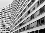Die Zinsen für Festhypotheken fallen auf rekordtiefe Niveaus. (Bild: KEYSTONE/MARTIN RUETSCHI)