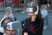 Unweit der Löwenstrasse konnte man dank entsprechendem Equipment in virtuelle Welten eintauchen. (Bild: Dominik Wunderli; Luzern, 10. Juli 2019)
