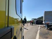Tödlicher Unfall auf dem Pannenstreifen: Ein Kleinbus prallte in einen Lieferwagen, dem das Benzin ausgegangen war. (Bild: Kapo SG)