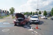 Beide Autos mussten nach dem Zusammenprall abgeschleppt werden. (Bild: Zuger Polizei)