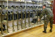 Die Armeewaffe als Sicherheitsrisiko Nicht jeder der will, darf ins Militär. (Foto: Keystone)