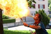 Hannes vo Wald ist im Umgang mit Feuer geübt. (Bild: Yann Lengacher)