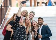 Strahlendes Lachen: ein Selfie nach der Diplomfeier, hier nach der Lehrabschlussfeier des KV und Detailhandels vor dem Casino Zug. (Bild: Patrick Hürlimann, 28. Juni 2019)