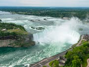 Ein Mann hat einen Sturz von den Niagarafällen überlebt. Die kanadische Polizei konnte den Mann verletzt aus dem Fluss unterhalb der Wasserfälle bergen. (Bild: Warren Toda/EPA Keystone) (Bild: KEYSTONE/EPA/WARREN TODA)