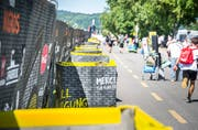 Unzählige Abfallkübel säumen die Strasse zum Campingplatz. (Bild: Andrea Stalder)