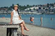 Viona Lee stammt aus Hongkong und lebt seit sechs Jahren in Luzern – hier hält sie sich in der Ufschötti auf. Der Strand erinnert sie an ihre Heimat. (Bild: Boris Bürgisser, Luzern 27. Juni 2019)