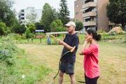Zwei Gärtner bei mit Sensen. (Bild: Mathias Frei)