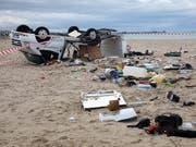Gleich zwei Wirbelstürme fegten über die Halbinsel Chalkidiki hinweg. Mindestens sieben Menschen sind dabei ums Leben gekommen. Der Camper eines tschechischen Ehepaares wurde über den Strand geschleudert und zertrümmert. (Bild: KEYSTONE/EPA ANA-MPA/VERVERIDIS VASSILIS)