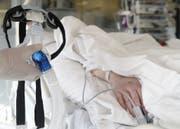 """Die Ärzte der französischen Klinik bewerteten weitere lebenserhaltende Massnahmen als """"unverhältnismässig"""". (Bild: Keystone / Symbolbild)"""