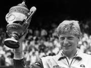Der junge Boris Becker auf dem Höhepunkt seiner Karriere. Zahlreiche Trophäen und Erinnerungsstücke an das deutsche Tennis-Idol wurden im Rahmen eines Insolvenzverfahrens am Donnerstag versteigert. (Bild: Robert Dear/AP Keystone) (Bild: KEYSTONE/AP/ROBERT DEAR)