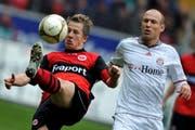 Captain in Frankfurt: Christoph Spycher (links) im Zweikmapf gegen Bayerns Superstar Arjen Robben. (Bild: Keystone)