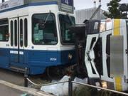 Durch den Aufprall mit dem Tram kippte der Lastwagen zur Seite. Der Chauffeur wurde dabei leicht verletzt. (Bild: stapo)