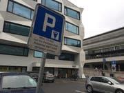 Der umstrittene Parkplatz vor der Post beim Unigebäude. (Bild: hor, Luzern, 11. Juli 2019)