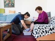 Vor allem im Pflegebereich wird gemäss UBS die Nachfrage nach Arbeitskräften steigen. (Bild: KEYSTONE/CHRISTIAN BEUTLER)