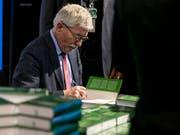 Soll bei den deutschen Sozialdemokraten rausfliegen: Thilo Sarrazin beim Signieren seines Buchs «Feindliche Übernahme». (Bild: KEYSTONE/PATRICK HUERLIMANN)
