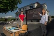 Heiner und Yvonne Geisseler vor dem ehemaligen Schulhaus Littauer Berg. Einiges wie beispielsweise alte Schulbänke erinnern auch heute noch an die frühere Nutzung des Gebäudes. (Bilder: Dominik Wunderli, Littau 26. Mai 2019)