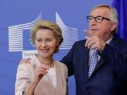 Am kommenden Dienstag wird das EU-Parlament entscheiden, ob die deutsche Verteidigungsministerin Ursula von der Leyen (links) Jean-Claude Juncker (rechts) als EU-Kommissionspräsident nachfolgen soll. (Bild: KEYSTONE/EPA/OLIVIER HOSLET)