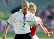 Internationaler Durchbruch: An der EM 2004 meldete Christoph Spycher den englischen Posterboy David Beckham fast komplett ab. (Bild: Keystone)