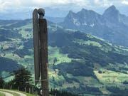 Der Künstler Andreas Hofer musste den Engelsflügel fixieren. (Bild: Charly Keiser)