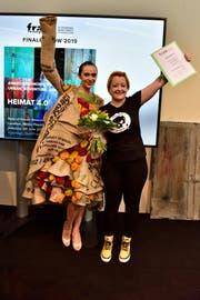 Silvia Rutz mit ihrem Design aus Kaffeesäcken der Kaffeerösterei Konstanz, getragen von Model Beba Hummel. (Bild: PD)