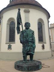 Der «Mann mit Fahne» ist alles andere als ein Held. (Bild: Christina Genova)