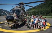 Ferienpass-Teilnehmer dürfen auf dem Flugplatz Alpnach einen Super-Puma aus nächster Nähe bestaunen. (Bild: Boris Bürgisser, 10.Juli 2019)