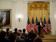 US-Präsident Donald Trump spricht zu konservativen Internetaktivisten im Weissen Haus. Der rege Twitter-Nutzer Trump drohte sozialen Netwerken, die konservative Nutzer benachteiligten. (Bild: Evan Vucci/AP ) (Bild: KEYSTONE/AP/EVAN VUCCI)