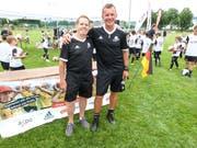 Peter Mauron und der Leiter des Fusballcamps, Bernd Voss. (Bilder: Kurt Lichtensteiger)