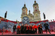 Szenenbild der St.Galler Inszenierung der Oper «Il trovatore» auf dem Klosterplatz. (Bild: Eddy Risch/KEY - 28. Juni 2019)