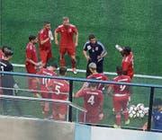 Unter der Anleitung von João Paiva (dunkles Dress) trainieren die Fussballer in Dietikon. (Bild: Safp)