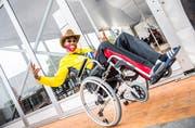 Samuel Ogbeide bewegt sich in seinem Rollstuhl auf dem Open-Air-Gelände. (Bild: Andrea Stalder)