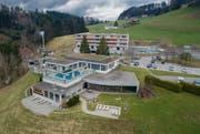 Neun Eigentumswohnungen im Wohnkomplex (hinten) und den benachbarten Grundstücken in Unterrechstein droht die Zwangsversteigerung. (Bild: Benjamin Manser 21.März 2019)
