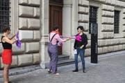 Die stellvertretende Staatsschreiberin Michèle Bucher nimmt die Petitions-Schrift entgegen. (Bild: PD)
