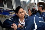 Monisha Kaltenborn im Gespräch mit einem Sauber-Teammitglied beim Formel-1-Rennen in Japan 2016. (Bild: Franck Robichon/EPA, 8. Oktober 2016)