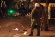 Laserpointer mit einer grösseren Stärke als 1 können Augen- und Hautschäden verursachen. Im Bild setzen Demonstranten in Griechenland einen Laserpointer gegen Polizisten ein. (Bild: Yorgos Karahalis/AP - 15. November 2016)