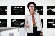 Ästhetik im Spital. Künstlerin Federica Gärtner in ihrer Ausstellung im Zuger Kantonsspital. (Bild: Stefan Kaiser, Baar, 11. Juli 2019)