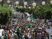 Tausende gehen in Algier gegen die Übergangsregierung auf die Strasse, weil deren Amtszeit abgelaufen ist. (Bild: KEYSTONE/AP/ANIS BELGHOUL)