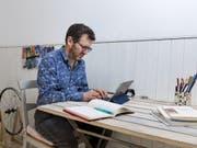 Pierre Lepori macht Poesie, hat Lust auf Theaterprojekte. Unter anderem. Vor allem aber schreibt er. (Bild: Keystone/JEAN-CHRISTOPHE BOTT)