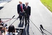 Arbeitsminister Alex Acost gibt an der Seite von US-Präsident Donald Trump seinen Rücktritt bekannt. (Bild: Michael Reynolds/EPA, Washington, 12. Juli 2019)