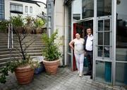 Markus Bleichenbacher (Gynäkologe) und Graziella Bracone (Embryologin) in den Räumlichkeiten des Ärztehauses Cham an der Lorze. (Bild: Stefan Kaiser, Cham, 11. Juli 2019)