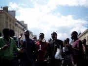 Bleiberecht und besser Unterkünfte: Flüchtlinge demonstrieren vor dem Pantheon, der französischen Ruhmeshalle, in Paris. (Bild: KEYSTONE/AP/KAMIL ZIHNIOGLU)