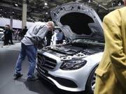 Der Autobauer Daimler musste die Erwartungen zurückschrauben: ein Mann begutachtet einen Mercedes (Archivbild). (Bild: KEYSTONE/EPA/HAYOUNG JEON)