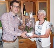 Stefan Niederer dankt der Jubilarin Käthi Hubler für 40 Jahre Mitgliedschaft. (Bild: pd)