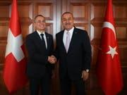 Aussenminister Ignazio Cassis (l) und sein türkischer Amtskollege Mevlüt Çavuşoğlu zeigen sich nach ihrem Gespräch in Ankara zufrieden. (Bild: KEYSTONE/EPA TURKISH FOREIGN MINISTRY PRESS O/CEM OZDEL HANDOUT)
