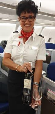Eine Flugbegleiterin mit dem Wein von Hotelier Roland Barmet-Garcia. (Bild: PD)