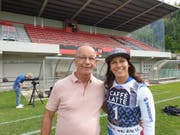 Skirennfahrerin Wendy Holdener mit Robert Laurent, Sportchef des FC Kickers, im Stadion auf Tribschen. (Bild: Hugo Bischof, 12. Juli 2019)